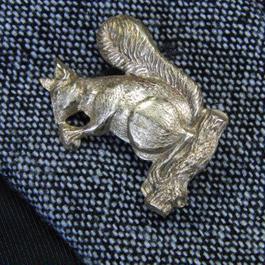真鍮ブラス製 どんぐりを食べるリス型ピンズブローチ ジャケットやハットの飾りに
