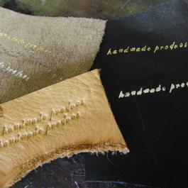 レザー製品へお名前の箔押し・素押しで革へ刻印を行います。