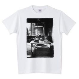 ナミノさんのTシャツ「ちゃぶ台で寛ぐナミノさん」