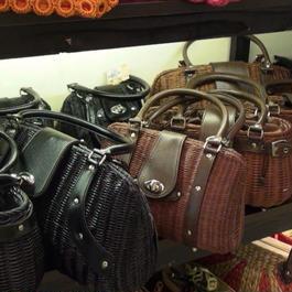 藤と革のバッグ