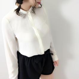 ビジュー衿オフホワイトシャツ