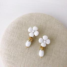 ホワイトflowerストーンピアス