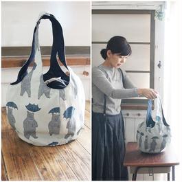 傘をさすクマさん柄の丸いバッグ(M)