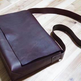 【受注生産】ラクダ革のしっかりA4フラップショルダーバッグ(ボルドー)