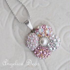 ホワイトデーにおススメ。ピンクの4枚花びらのスワロフスキーペンダント 優しい気持ちのネックレス パール付