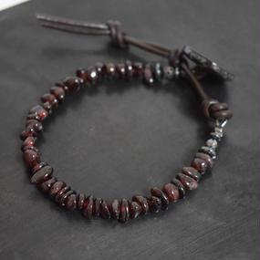 ガーネット チップ レザーラップ ブレス 螺鈿釦 ''GARNET chip leather wrap bracelet(RADEN button)''