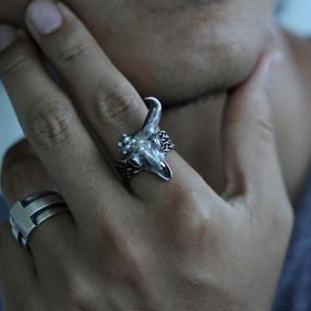 シルバーとパールの片角牛スカルリング
