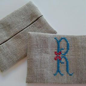 イニシャル刺繍のポケットティッシュケース