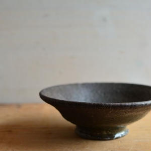 加地 学さん  黒釉  平茶碗(A95 )