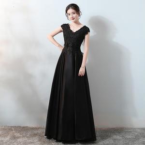 20代 背中のレースアップが大人可愛い黒の上品ロングドレス
