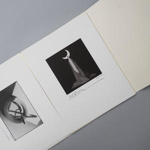《卓上のバルコ・ネグロ》より、1984 コロタイプ・フォトカード / 森村泰昌(Yasumasa Morimura)