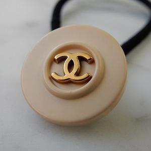ヴィンテージ CHANEL シャネル ボタン ココマーク 18mm ペールピンクベージュ×ゴールド ヘアゴムのおまけ付 (c-15)