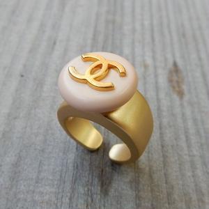 ヴィンテージ CHANEL シャネル ボタン ココマーク 16mm タイプ2 ペールピンクベージュ×ゴールドボタン 指輪 #12号 オリジナルリングのおまけ付(c-60)