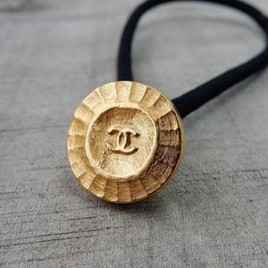ヴィンテージ CHANEL シャネル ココマーク 15mm タイプ5 ゴールドデザイン ボタン ヘアゴムのおまけ付(c-103)