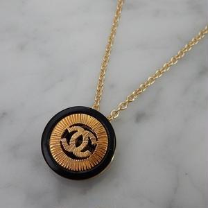 ヴィンテージ CHANEL シャネル ココマーク 18mm 透かし ブラック×ゴールドボタン オリジナルネックレスパーツのおまけ付(c-80)