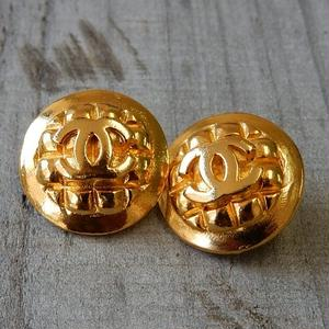 ヴィンテージ CHANEL シャネル ココマーク 18mm キルティング柄 ゴールドボタン イヤリングパーツのおまけ付(c-107)