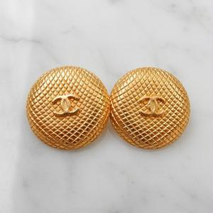 ヴィンテージ CHANEL シャネル ココマーク 20mm キルティングデザイン マットゴールドデザイン ボタン イヤリングパーツのおまけ付(c-105)