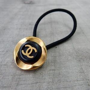 ヴィンテージCHANELボタン シャネル ココマーク 22mm ブラック×ゴールドボタン ヘアゴム付き (c-3)