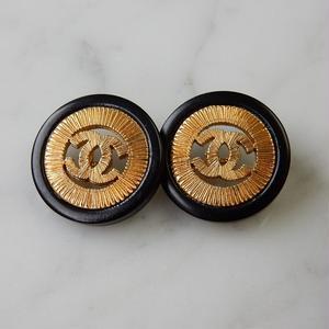 ヴィンテージ CHANEL シャネル ココマーク 18mm 透かし ブラック×ゴールドボタン イヤリングパーツのおまけ付(c-80)