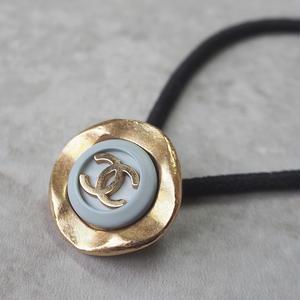ヴィンテージ CHANEL シャネル ココ マーク 22mm ライトブルー×ゴールドボタン ヘアゴムのおまけ付 (c-8)