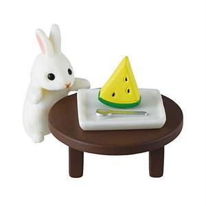 ちゃぶ台でスイカ(白うさぎ)  (納涼うさぎ カプセルコレクション ウサギ 兎 RABBIT FIGURE 動物 ミニチュア グッズ ガチャ エポック社)