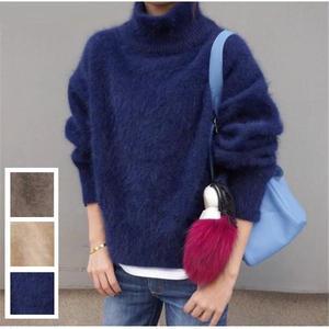 ふわふわとした生地とボリューム袖がかわいいセーター