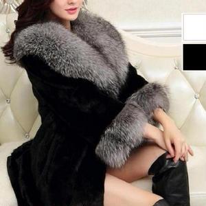 袖と襟にボリュームたっぷりのファーがエレガントなアウターコート