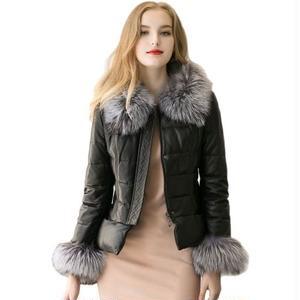 襟と袖にボリュームたっぷりなファーが付いたダウンジャケット