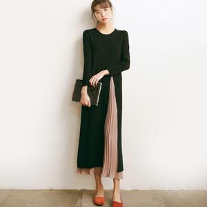 プリーツスカートがちらっと見える、ちょっと個性的がかわいいニットワンピース