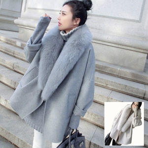 襟元の大きなファーとゆったりサイズがかわいいアウターコート