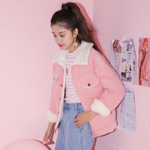 モダンなデザインのジャケットにモコモコが付いた、可愛いボアジャケット