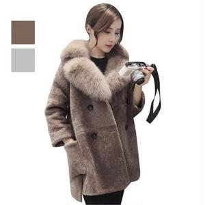 襟元の大きなファーと、ゆったりフィット感が大人可愛いピーコート