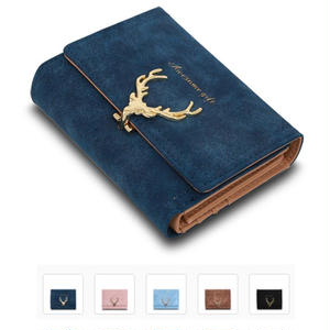 スエード調の表面とゴールドの装飾が大人可愛い折りたたみ財布