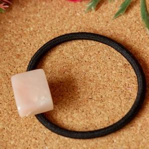 天然ピンクオパールのヘアゴム(黒)原石から磨きました