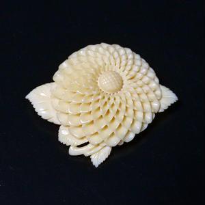 泉舟 作 鯨歯ブローチ ダリアの花