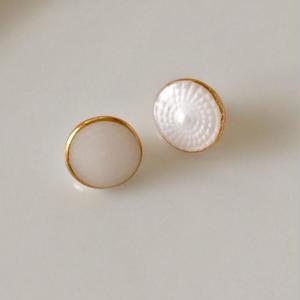 ミルクガラスの小さなボタン 一つ穴10㎜ フランス現代ボタン