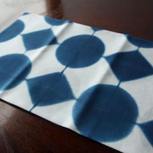 板締め絞りの藍染手ぬぐい - まるしかく