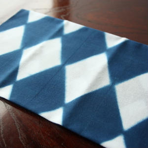 板締め絞りの藍染手ぬぐい - 菱つなぎ