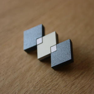 木製のかろやかな-モザイクブローチ- 菱つなぎ・墨クロ