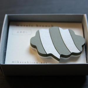 木製のかろやかな-モザイクブローチ- ふきだし・薄松葉×銀白