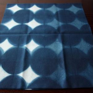 板締め絞りの藍染手ぬぐい - 星かさね