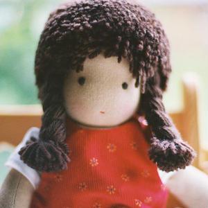 【3才〜】ジルケ人形(小)女の子 茶髪 赤ポッケ