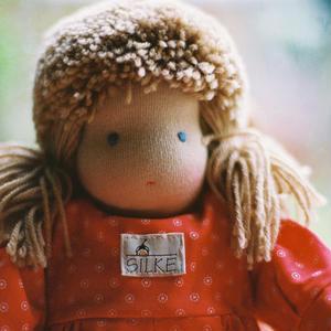 【3才〜】ジルケ人形(小)女の子 金髪赤花