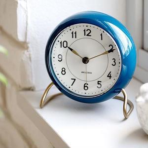 【アルネ・ヤコブセン】北欧デザインのステーションテーブルクロック(限定:ブルー)