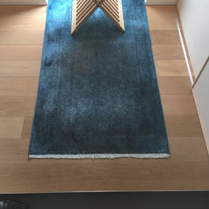 【ラグ】細かく織られた伝統柄のシルク絨毯を後染めしモダンに仕上げたラグ
