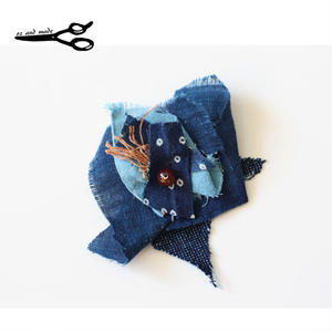 藍染古布のハギレブローチ 手作り oz and made