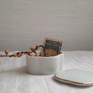 白い蓋付き陶器