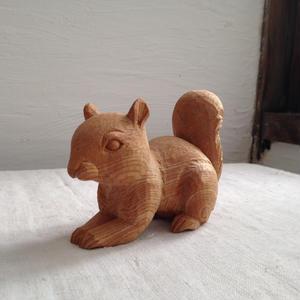 繊細な木彫のリス