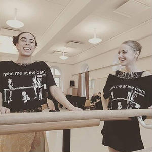 Ballet Papier 男女兼用 Crop Style T-shirt 'Meet me at the barre'