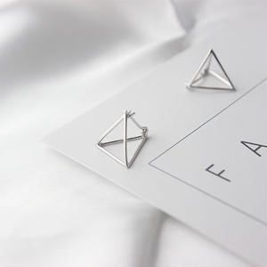 立体三角ピアス